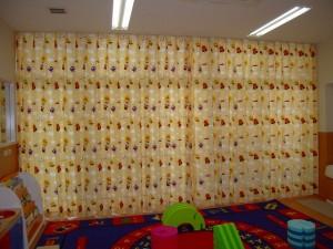 園児室の大きな窓いっぱいにアンパンマンのカーテンが取り付けられました。