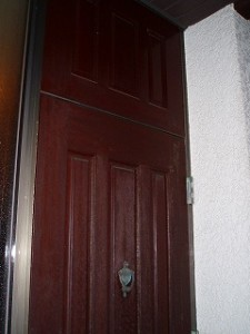 部屋外からの写真です。一度塗りなおされた事があられるそうですが、やはり年月と共にそこここ塗装が薄くなっています。