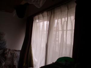 施工前の写真です。内窓を取付予定のところにカーテンレールがありましたので撤去となりました。