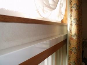 側面から見たところです。内窓のサッシ枠がお部屋側の飛び出ています。