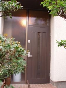 しっくりとなじみました。欄間も木になったことで玄関が明るくなりました。