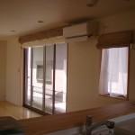 小窓;中は突っ張り棒とカフェカーテンです。