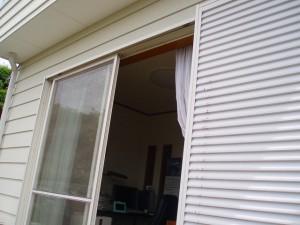 取付は、空君のお部屋の前では無く、リビングの広い窓になりました。