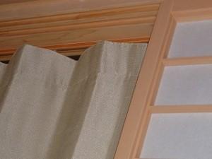 レールを取付し、カーテンを吊りました。