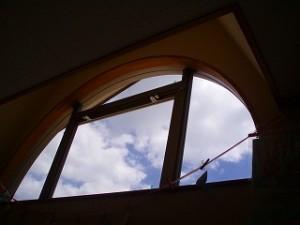 お空が見えて解放感がある窓なのですが、何しろ東向きであついとのこと。