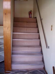 階段部分の施工前です。ノンスリップの金物を外しています。