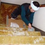 階段部分の糊を付けている所です。