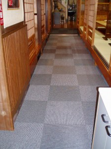 1階座敷間の廊下です、奥のスロープだけ無地にされました。