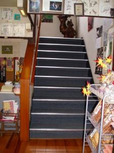 正面玄関から昇る階段の施工後です。ノンスリップ金物も取り替え完了です。