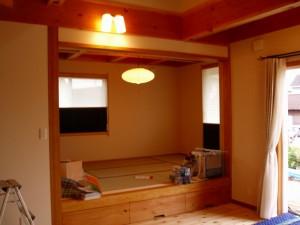 リビングから一段上がったところにある和室です。遮光のプリーツスクリーンツインタイプを取付ました。