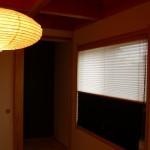 プリーツスクリーンの色は、床の間に貼り分けれらた壁紙に近い色を選ばれました。