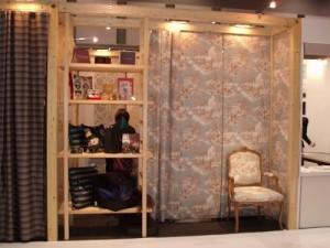 カーテンと壁紙、椅子と同じもので作られています。