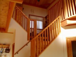 リビングから二階を見上げた所。窓内にきっちりとシェード&カフェが納まっています。