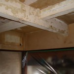天井の梁、クロスを剥いでパテを何回も打ったところです。