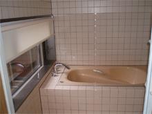 淡いベージュの浴室用のつっぱるタイプのロールスクリーン